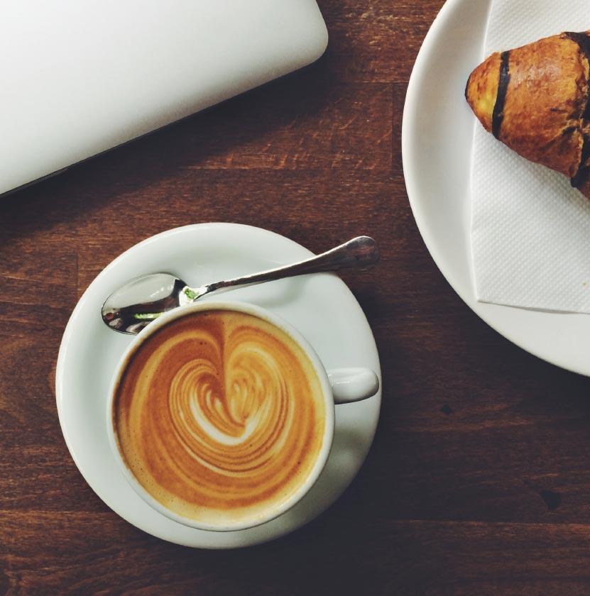 כוס קפה ולידה קרואסון