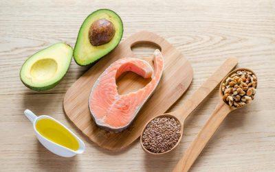 אוכל עם שומן בריא: אבוקדו, סלמון, שמן זית, אגוזים